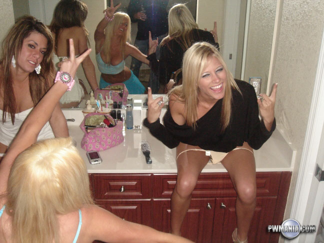 podruzhki-v-tualete